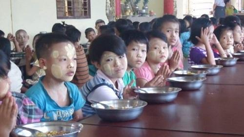 カレーを食べる孤児院の子供たち